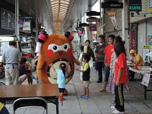 """いつものように、商店街を歩きながら、お客さんに挨拶する""""まちゅり"""""""