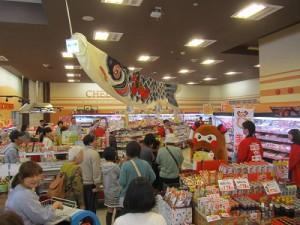 """バリュー沢津店に""""まちゅり""""が到着すると沢山のお客さんが出迎えてくれました!"""