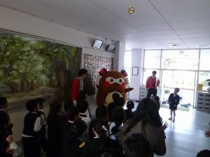 正面入口から、登場すると・・ちょうど給食が終わり昼休みが始まる時間帯だったらしく、多くの児童さんが「まちゅり~」って叫びながら、抱きついてくれました~!