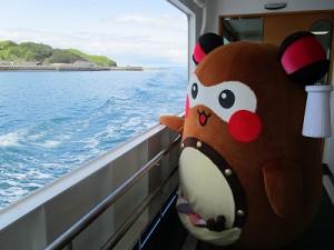 """黒島港で渡海船に乗り込み「いざ!大島へ」 この渡海船1回60円!しかも、15分の船旅で大島に着くんです! プチ旅行って感じで、""""まちゅり""""のテンションもいつになく上々↑"""