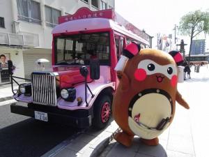 """観光バス 松山を満喫した""""まちゅり"""" そして、何かを思い出したように・・・道後商店街の広場に走っていき・・・"""