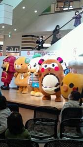 イベントには、愛媛県のゆるキャラが大集合!各地域のゆるキャラ&会場のお友達と一緒に高次脳機能障害についてお勉強するため、ステージでスタンバイ!