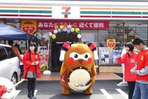 """まず、""""まちゅり""""は、セブンイレブンさんの開店を祝して、お馴染みの「太鼓の指揮」でお祝い!"""