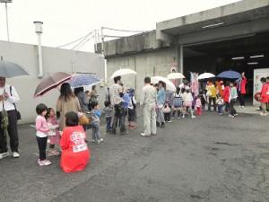 """雨にも関わらず多くの方々が参加してくれました! """"まちゅり""""もとても嬉しそうでした!"""