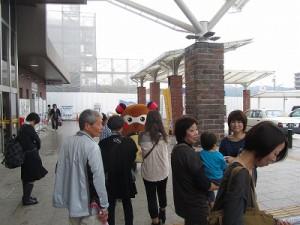 """駅に着きますと、記念撮影タイムー! 今から、奈良に帰るよー!東京帰るよ-!まちゅりに会えて嬉しかった~ っという声を頂きました!""""まちゅり""""も嬉しそう!w"""