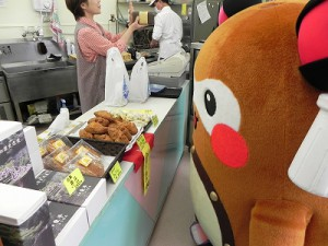 そして、お店のお菓子をずーと眺めてました(笑) まちゅりー、まだお仕事終わってないからお菓子はお預けです!w