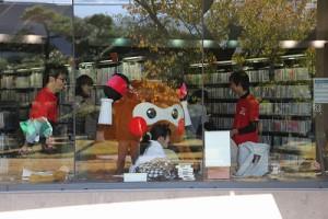 お外で撮影会が終わると、いざ、図書館の中へ! 読書中の皆さん、申し訳ありません~