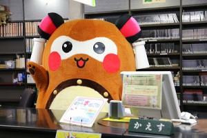 """図書館内を回り、最後に、カウンターでポーズする""""まちゅり"""""""
