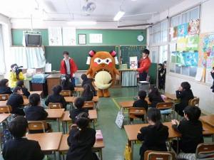 一年生の教室では、記念誌の説明をして・・・